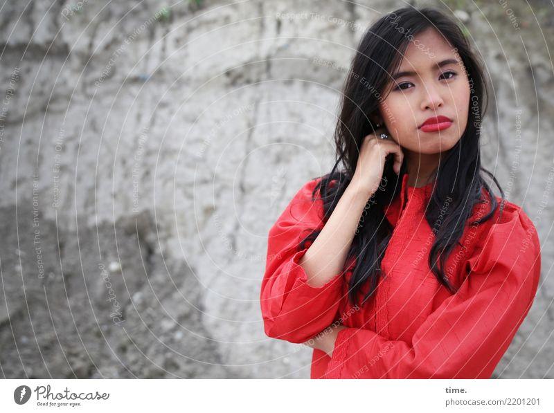Pinkaholickaye feminin Frau Erwachsene 1 Mensch Felsen Kleid schwarzhaarig langhaarig beobachten Denken festhalten Blick warten kalt schön Coolness