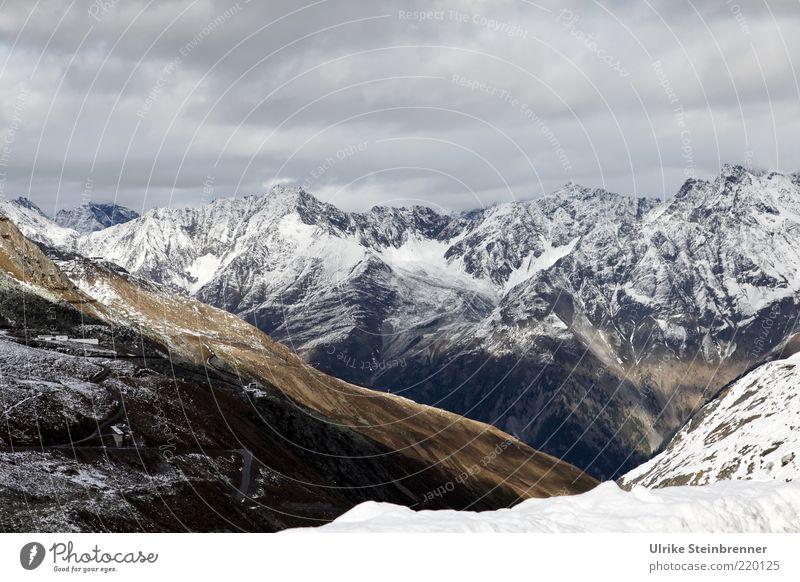 Alpin Berge u. Gebirge Alpen Gipfel Schnee Neuschnee hoch steil Bergkamm Ötztal Österreich Alm Tal alpin Landschaft Felsen Weide Skigebiet Sölden Winter