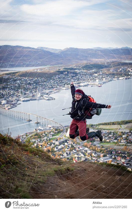 Junge Frau springt fröhlich über dem Fjord von Tromsø Ferien & Urlaub & Reisen Abenteuer Berge u. Gebirge wandern lernen Jugendliche Landschaft Hafenstadt
