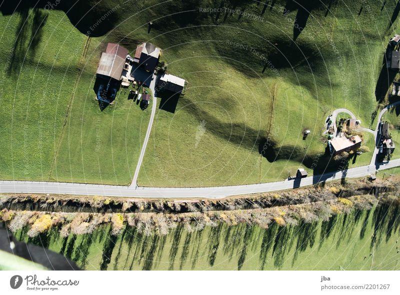 Landeplatz von oben Natur Landschaft Erholung Haus ruhig Wald Berge u. Gebirge Straße Leben Lifestyle Herbst Wiese Sport Freiheit fliegen Ausflug