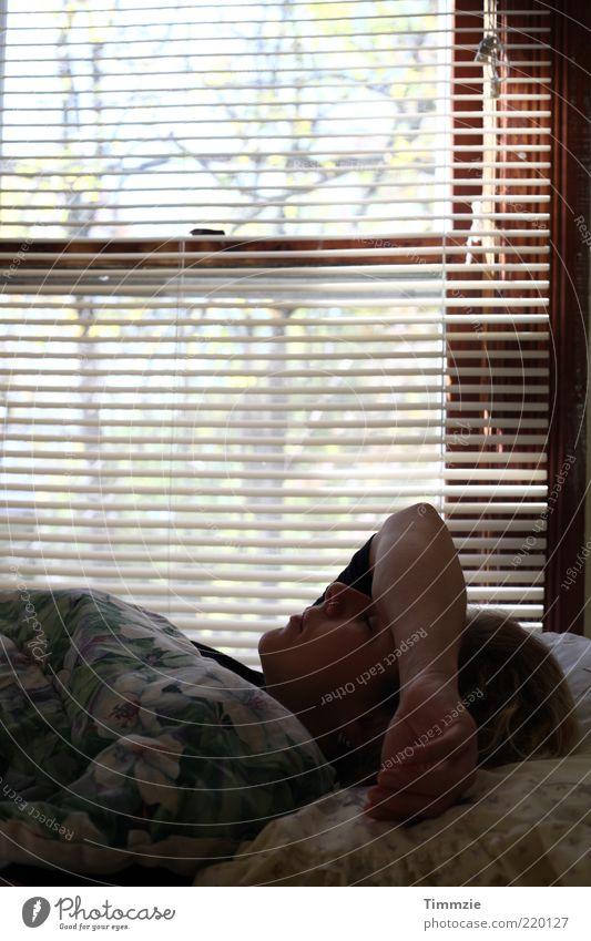 Die Weigerung aufzustehen Mensch Jugendliche ruhig Erholung feminin Kopf Zufriedenheit blond Erwachsene schlafen Bett liegen Häusliches Leben Müdigkeit Wohlgefühl kuschlig