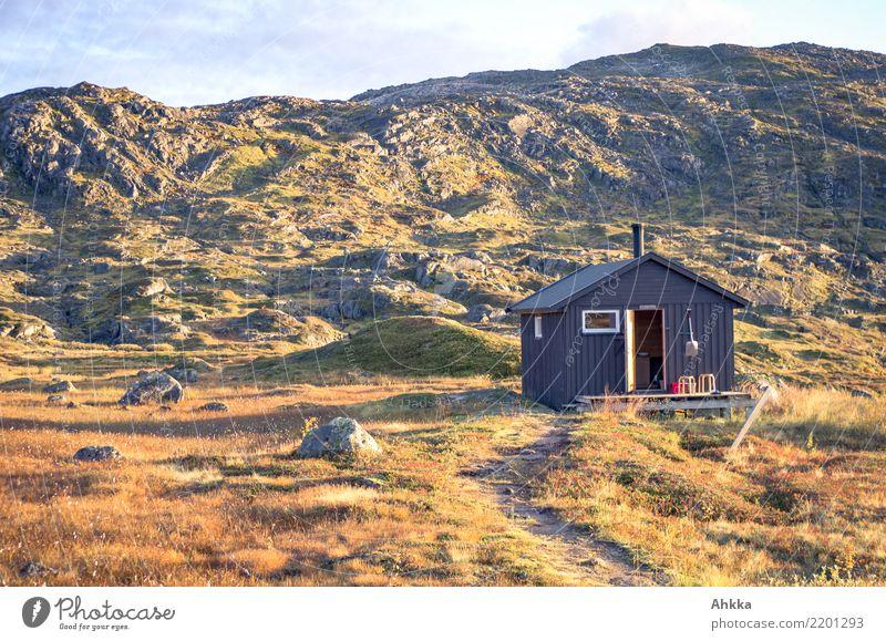 Holzhütte in skandinavischer Berglandschaft in Abendstimmung Natur Ferien & Urlaub & Reisen Erholung ruhig Berge u. Gebirge Wege & Pfade Stimmung Zufriedenheit
