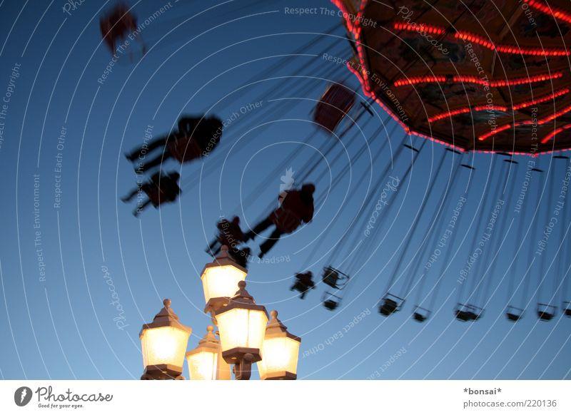 drehwurm Mensch blau weiß rot Freude Bewegung lustig Freizeit & Hobby Kindheit hoch fliegen Geschwindigkeit retro leuchten festhalten Laterne
