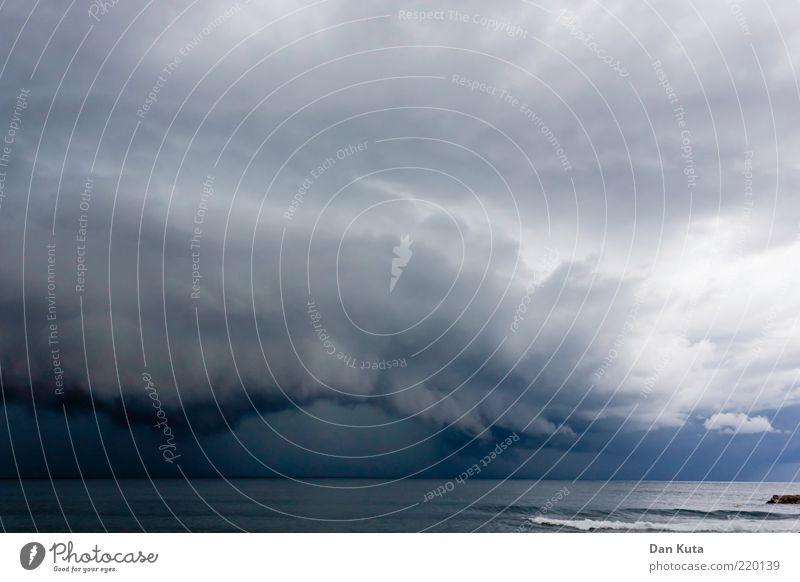 Der Sturm nach dem Sturm Wasser Meer blau Sommer schwarz Wolken Ferne dunkel Traurigkeit Angst Wind Wetter Horizont bedrohlich Klima natürlich