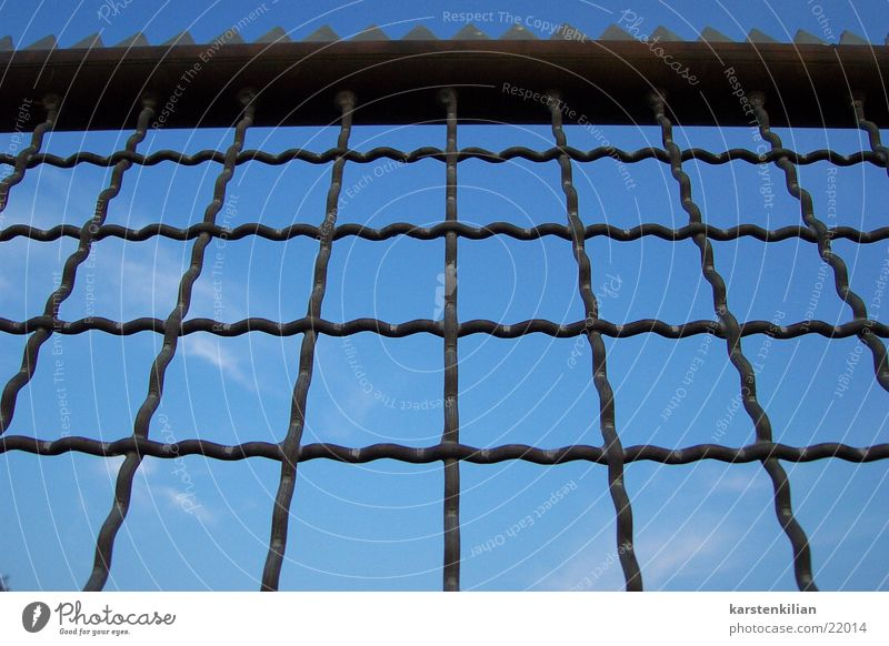 Himmelszaun blau Wolken Metall Schutz obskur Zaun Barriere schließen Gitter Zacken Maschendraht umfrieden