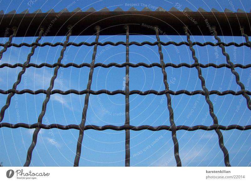 Himmelszaun Zaun Gitter Wolken Barriere schließen Maschendraht umfrieden obskur blau Zacken Schutz Metall