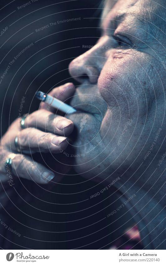 Raucher sind die besseren Menschen Mensch Frau alt blau Erwachsene Leben Senior Zufriedenheit elegant Mund außergewöhnlich Finger authentisch stoppen Krankheit 60 und älter
