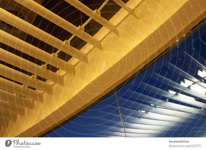 Kunstvolle Deckenverkleidung Jalousie Wandverkleidung gelb Abdeckung verdeckt Architektur blau Reflexion & Spiegelung oben verkleiden abgehängt Sicheln