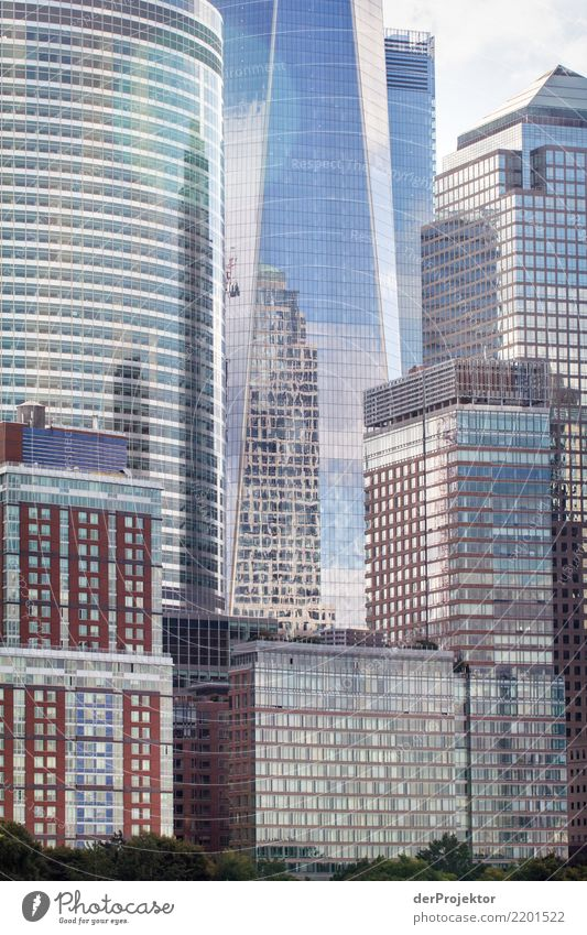 Hochaus in New York Zentralperspektive Starke Tiefenschärfe Sonnenlicht Reflexion & Spiegelung Kontrast Schatten Licht Tag Textfreiraum Mitte