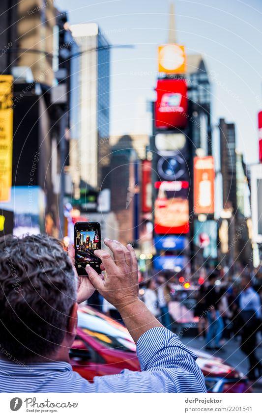 New York Times Square mit Smartphone im Vordergrund in New York Zentralperspektive Starke Tiefenschärfe Sonnenlicht Reflexion & Spiegelung Kontrast Schatten