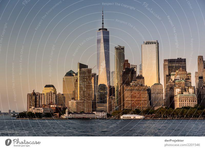 WTC 1 in New York mit Skyline Zentralperspektive Starke Tiefenschärfe Sonnenlicht Reflexion & Spiegelung Kontrast Schatten Licht Tag Textfreiraum Mitte