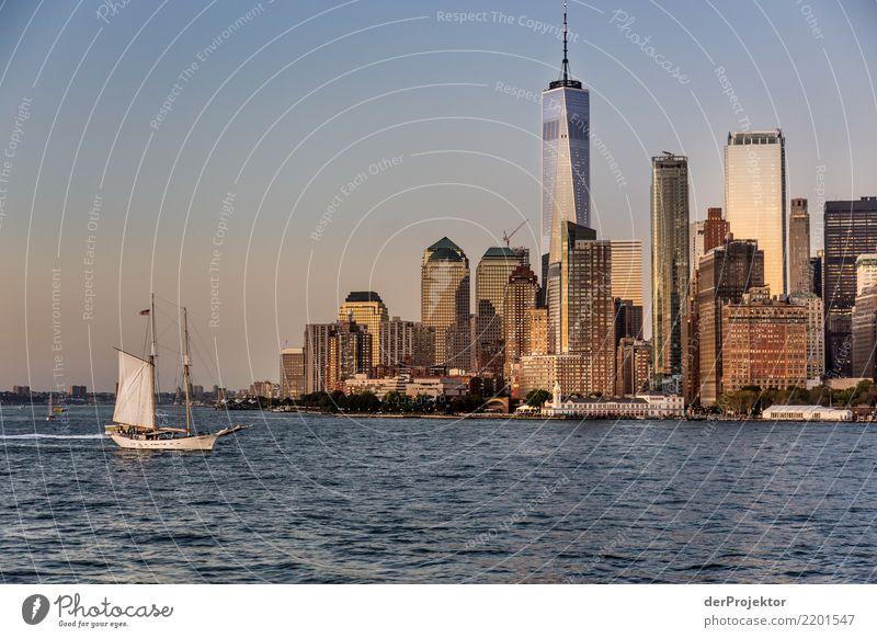 WTC 1 in New York mit Skyline und Segelboot Zentralperspektive Starke Tiefenschärfe Sonnenlicht Reflexion & Spiegelung Kontrast Schatten Licht Tag