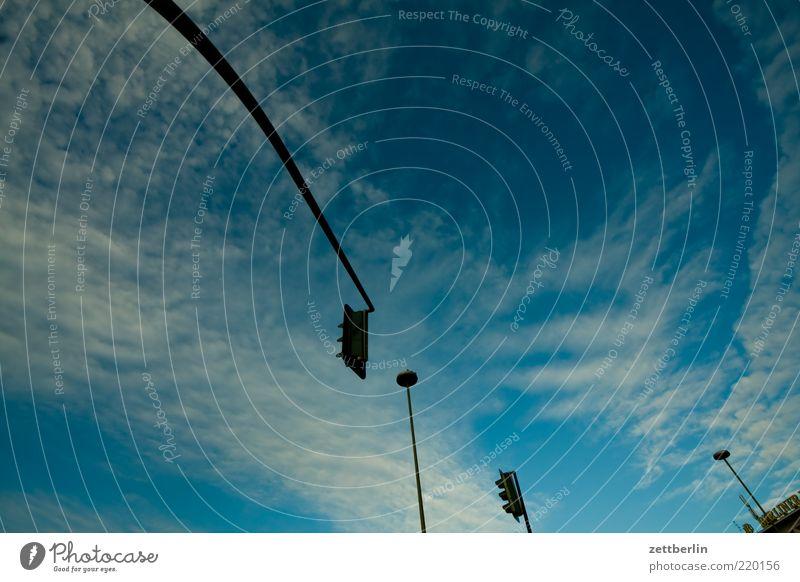 Ampel, Lampe, Ampel, Lampe Himmel Wolken Beleuchtung Laterne Schönes Wetter Straßenkreuzung Wege & Pfade Wegkreuzung Signal Regel Textfreiraum Verkehrszeichen