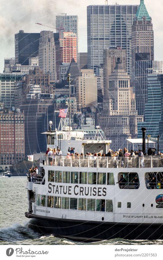 Ausflugsboot mit Hochäusern in New York Zentralperspektive Starke Tiefenschärfe Sonnenlicht Reflexion & Spiegelung Kontrast Schatten Licht Tag