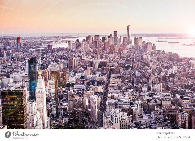 Hochaus mit Aussicht in New York Zentralperspektive Starke Tiefenschärfe Sonnenlicht Reflexion & Spiegelung Kontrast Schatten Licht Tag Textfreiraum Mitte