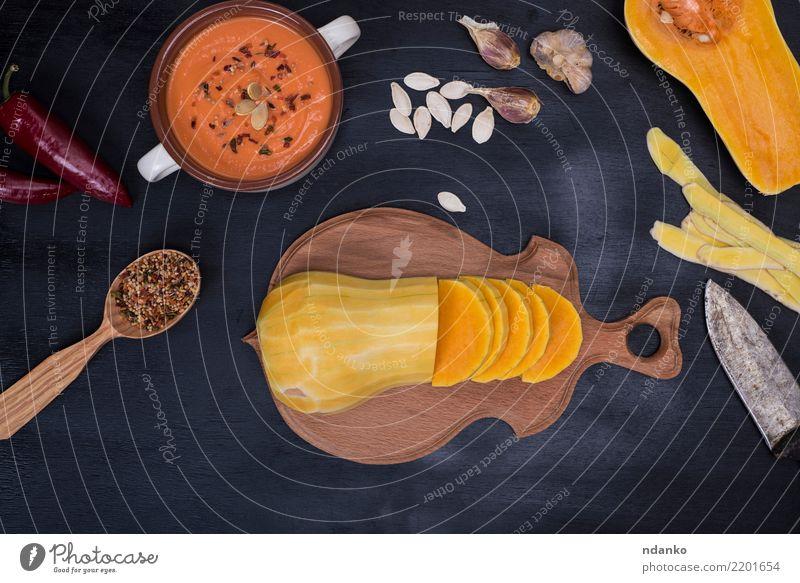 frischer Kürbis in Stücke geschnitten Natur Essen gelb Herbst Holz oben Tisch Gemüse Jahreszeiten Ernte Bioprodukte Tradition Abendessen Messer Mahlzeit