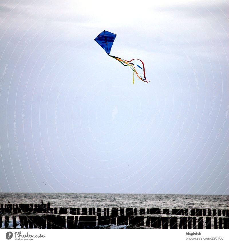 Das Ende der Saison X Spielen Drache Ostsee Meer Kühlungsborn Deutschland Europa Buhne fliegen blau Saisonende Himmel Farbfoto Außenaufnahme Tag Drachenfliegen