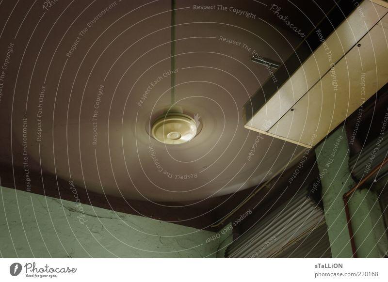 venti lator Decke Ventilator drehen braun grün Farbfoto Innenaufnahme Menschenleer Tag Bewegungsunschärfe rotieren Jalousie Zimmerecke Froschperspektive