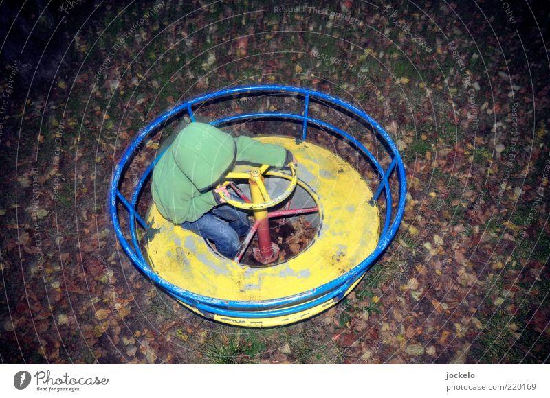 second hand playground Mensch Kind grün schön Herbst Spielen Gefühle Kindheit Zufriedenheit Fröhlichkeit Spielzeug skurril drehen trashig Herbstlaub Kapuze