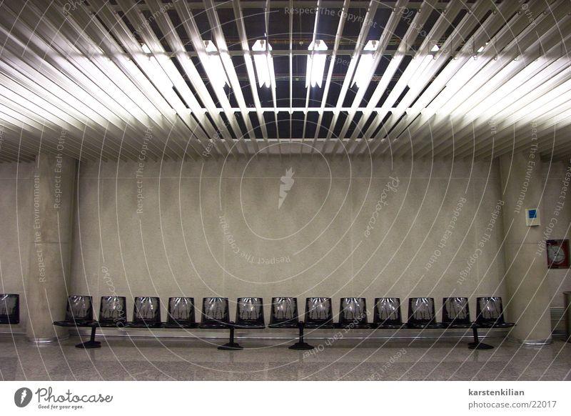 Unscheinbarer Wartesaal grau Architektur Beton leer Bank Stuhl Lagerhalle Säule Neonlicht Sitzreihe Saal Warteraum