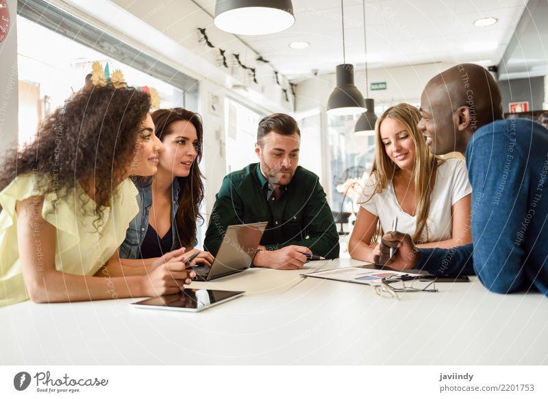 Fünf junge Menschen lernen mit Laptop und Tablet-Computern auf einem weißen Schreibtisch. Lifestyle Haare & Frisuren Tisch Schule Studium