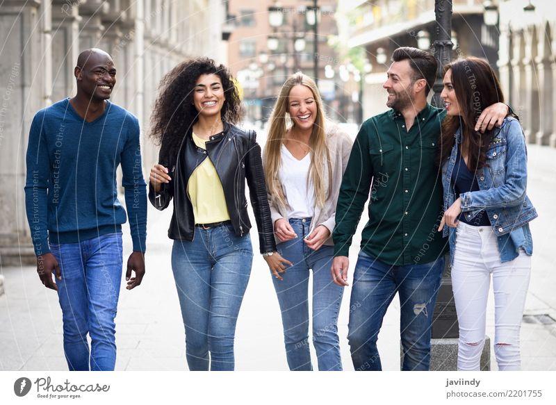 Multiethnische Gruppe junge Leute, die Spaß zusammen haben Frau Mann Sommer schön Freude Erwachsene Straße Lifestyle lachen Glück Menschengruppe Zusammensein