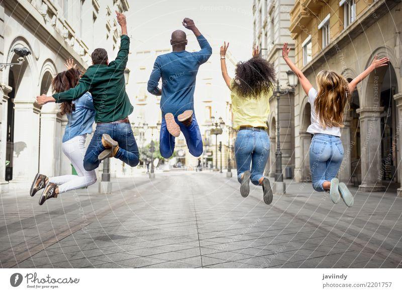 Multi-ethnische Gruppe junger Menschen, die im städtischen Hintergrund im Freien zusammen Spaß haben. Lifestyle Freude Glück schön Sommer Frau Erwachsene Mann