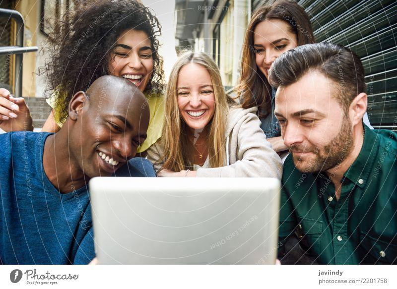 Mehrrassige junge Menschen, die sich einen Tablet-Computer ansehen. Lifestyle Freude Glück schön Frau Erwachsene Mann Freundschaft Menschengruppe Straße