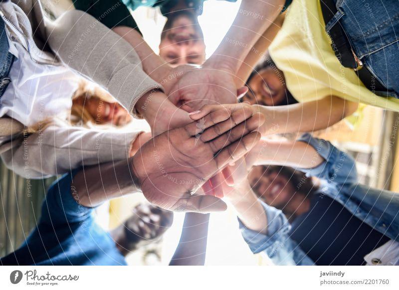 Nahaufnahme von jungen Menschen, die ihre Hände zusammenlegen. Studium Frau Erwachsene Mann Freundschaft Hand Menschengruppe Anzug Zusammensein schwarz weiß