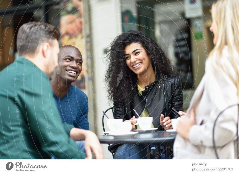 Mehrrassige Gruppe von vier Freunden, die zusammen einen Kaffee trinken. Lifestyle kaufen Freude Glück schön Sommer Tisch Sitzung sprechen Frau Erwachsene Mann