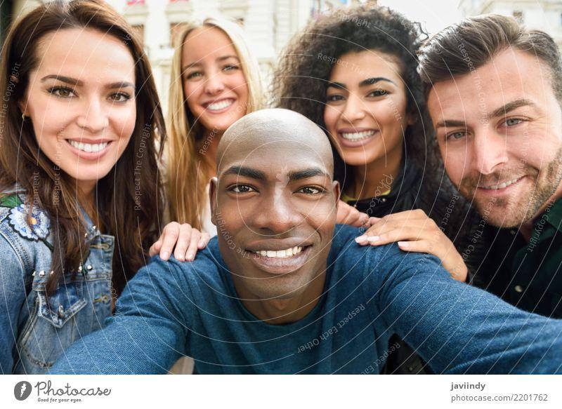 Frau Ferien & Urlaub & Reisen Mann schön Freude Erwachsene Straße Lifestyle lachen Glück Menschengruppe Freundschaft Freizeit & Hobby Lächeln Fröhlichkeit