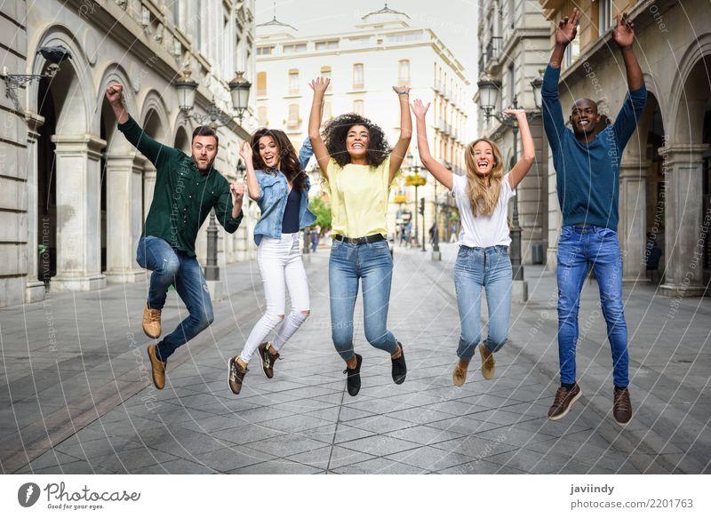 Frau Mann Sommer schön Freude Erwachsene Straße Lifestyle lachen Glück Menschengruppe Zusammensein Freundschaft springen Lächeln Bekleidung