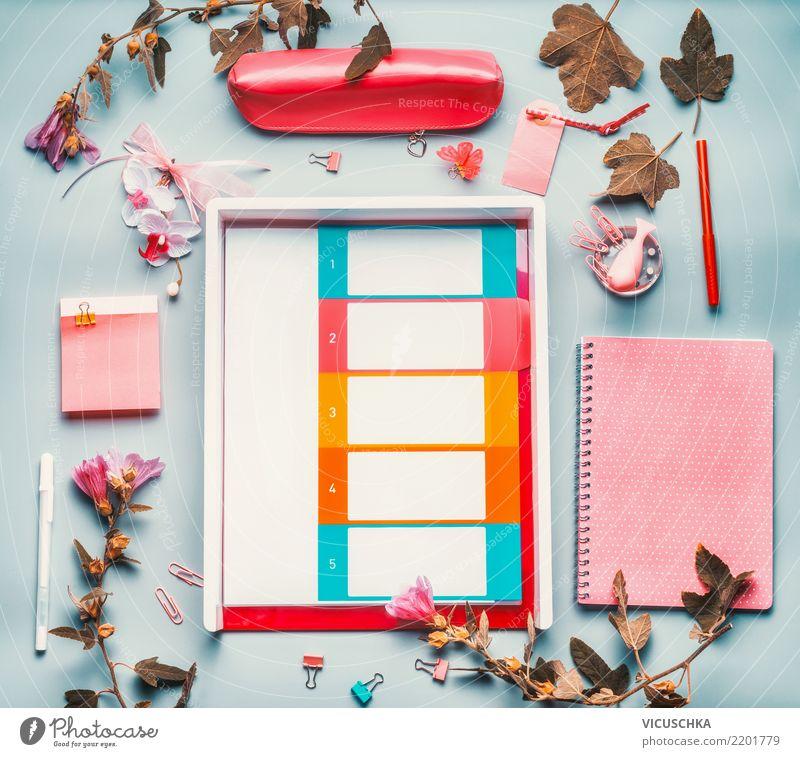 Schreibtisch mit Zubehör und Blumen blau weiß Lifestyle Hintergrundbild feminin Stil Business rosa Design Büro Papier Studium Kalender Zettel