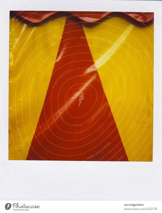 dreiecksgeschichte mit wellengang weiß rot gelb Farbe glänzend nass Ordnung retro Streifen Veranstaltung Jahrmarkt Geometrie Symmetrie Zelt Dreieck Textfreiraum