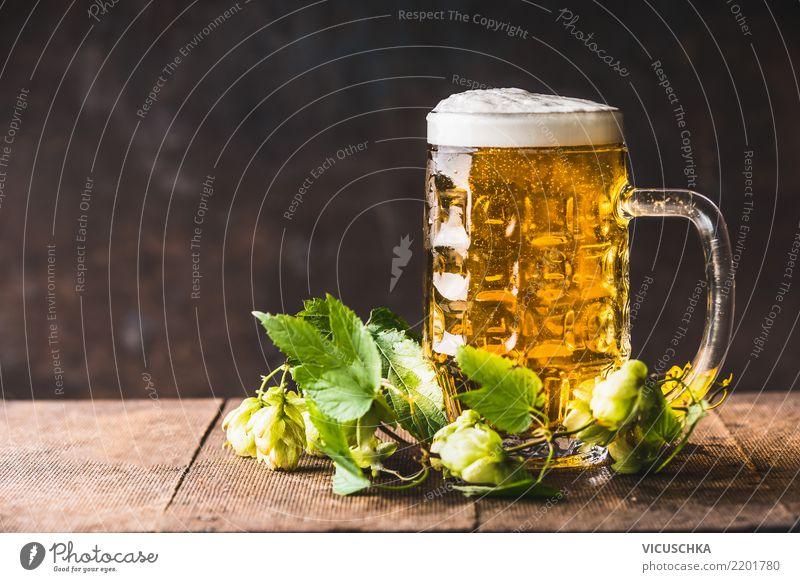 Bierkrug mit Schaum auf dem Tisch mit frischen Hopfen gelb Hintergrundbild Stil Party Design Getränk Restaurant Bar Tasse Erfrischungsgetränk Oktoberfest Pub