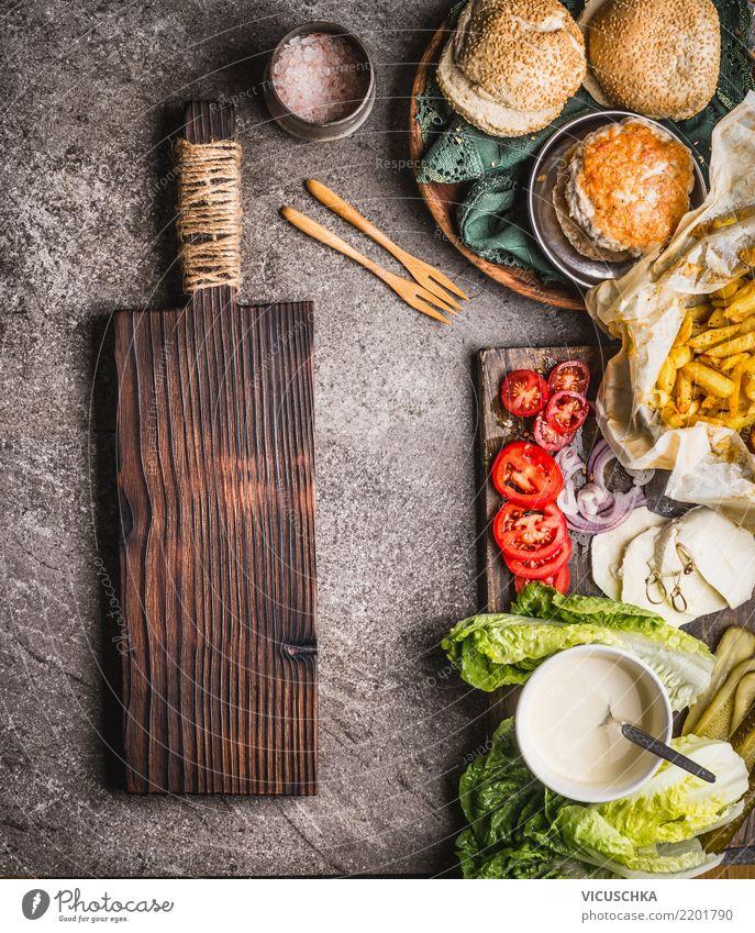Hausgemachte Burger Zutaten Lebensmittel Fleisch Gemüse Salat Salatbeilage Brot Ernährung Mittagessen Festessen Geschirr Stil Design Häusliches Leben Tisch