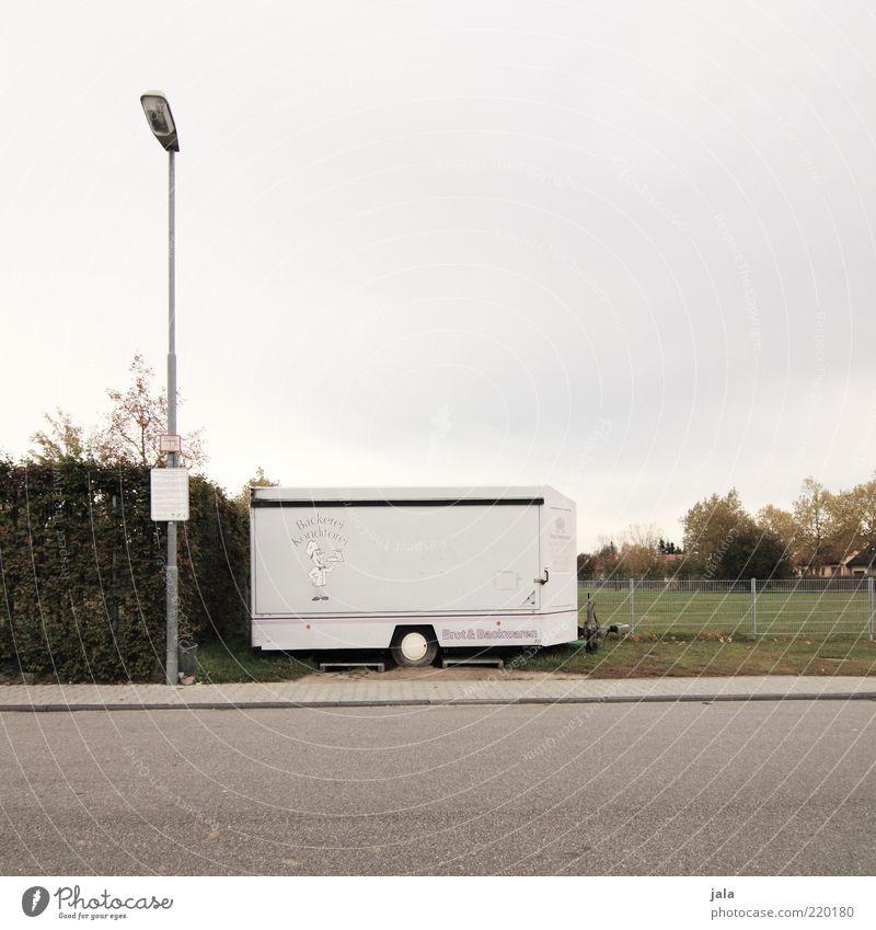 bäckermobil Himmel grün Baum Pflanze Straße Wiese grau Gras geschlossen trist Sträucher Asphalt Bürgersteig Zaun Ladengeschäft Mobilität