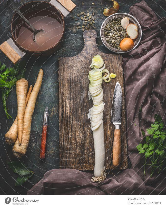 Geschnittener Lauch auf Schneidebrett mit Messer. Lebensmittel Gemüse Kräuter & Gewürze Ernährung Bioprodukte Vegetarische Ernährung Diät Geschirr Topf Stil