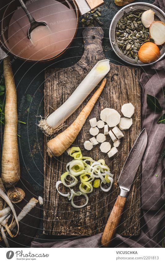 Lauch und Pastinak auf Schneidebrett Lebensmittel Gemüse Suppe Eintopf Ernährung Bioprodukte Vegetarische Ernährung Diät Geschirr Topf Messer Stil Design