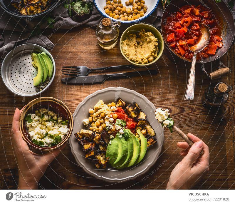 Frauen Hände serviert gesunde vegetarische Mahlzeit Lebensmittel Gemüse Salat Salatbeilage Ernährung Mittagessen Bioprodukte Vegetarische Ernährung Diät