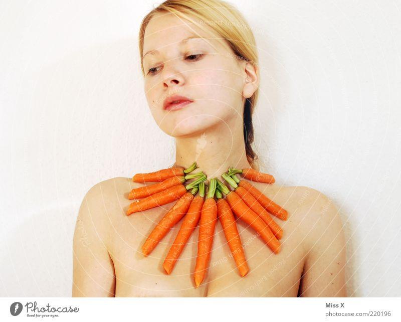 Ces lebt vegetarisch Mensch Jugendliche Erwachsene feminin Junge Frau lustig 18-30 Jahre blond außergewöhnlich Lebensmittel Ernährung einzeln Gemüse skurril