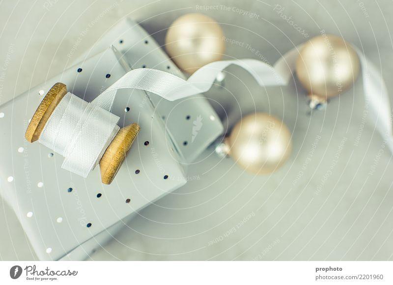 Weihnachtsgeschenkbox-Flitter-Seidenband schön weiß Winter Holz Stein grau Design Textfreiraum hell Dekoration & Verzierung elegant gold Geschenk Schnur Beton
