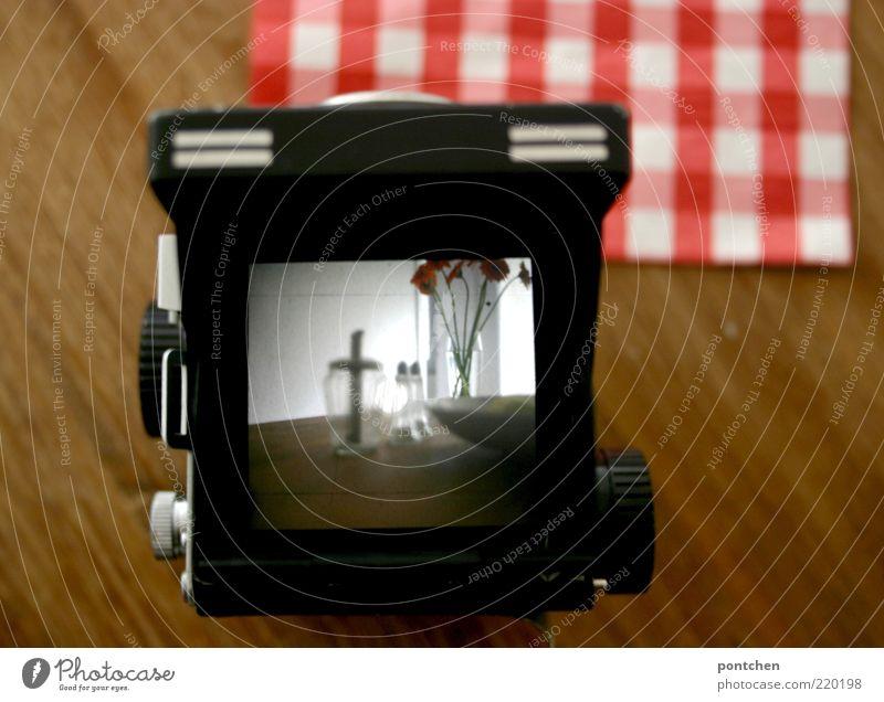 Dinge stehen auf holztisch. Blick durch eine analoge mittelformatkamera Häusliches Leben Möbel Tisch Blume Schalen & Schüsseln Holz Glas rot schwarz weiß