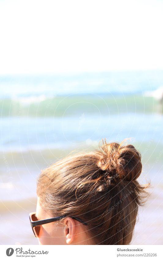 haarlich Ferien & Urlaub & Reisen Sommer Sonnenbad Strand Meer Wellen Junge Frau Jugendliche Kopf Haare & Frisuren Ohr 1 Mensch brünett Dutt beobachten