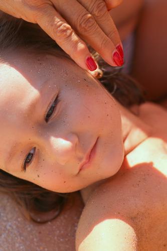 sanfte Berührung Kind Mensch schön Erholung ruhig Freude Gesicht Erwachsene Leben Lifestyle Senior Gefühle feminin Familie & Verwandtschaft Stimmung