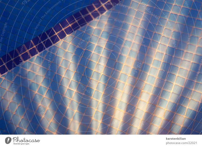 Lichtes Mosaik Unterwasseraufnahme fließen Schwimmbad obskur Fliesen u. Kacheln Lichtstrahl blau Lampe Beleuchtung