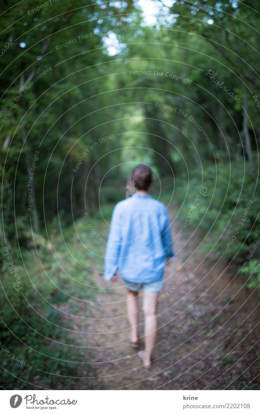 Ins Ungewisse I feminin Junge Frau Jugendliche 1 Mensch 18-30 Jahre Erwachsene 30-45 Jahre Natur Sommer Wald gehen träumen ästhetisch achtsam Erholung Neugier
