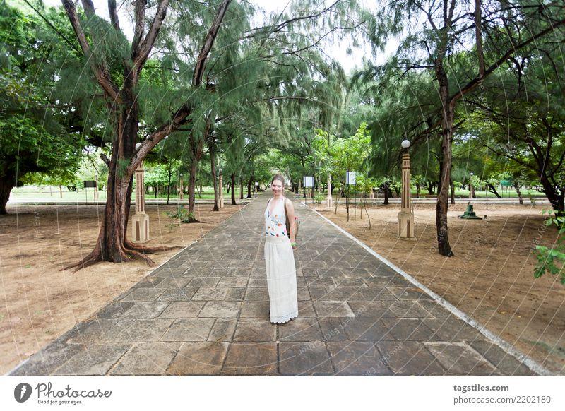 Frau an der Kirche von Thalawila St. Anne, Sri Lanka Natur Ferien & Urlaub & Reisen Sommer Sonne Landschaft ruhig Tourismus Freiheit Idylle Sehenswürdigkeit