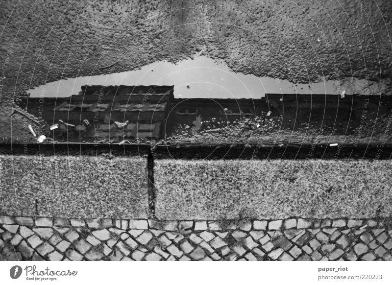 Haus in einer Pfütze Stadt Menschenleer Mauer Wand Fassade Straße Wege & Pfade Stein Beton Backstein Linie ruhig ästhetisch Design Vergänglichkeit