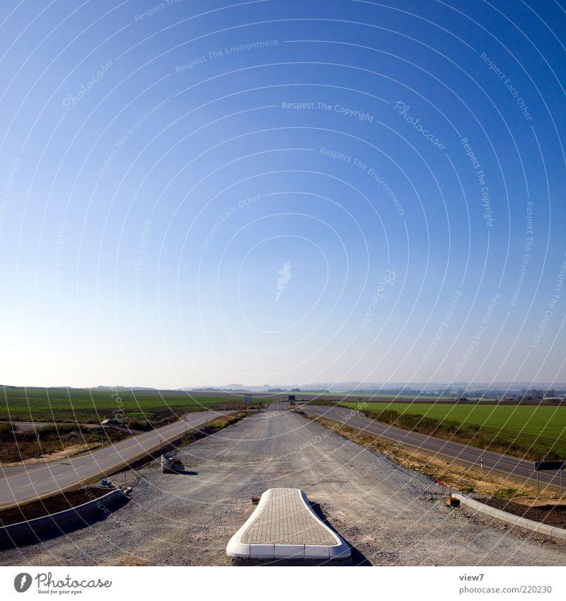 nach irgendwo ... Baustelle Umwelt Natur Landschaft Himmel Wolkenloser Himmel Verkehrswege Straße authentisch einfach lang neu Straßenbau Bordsteinkante